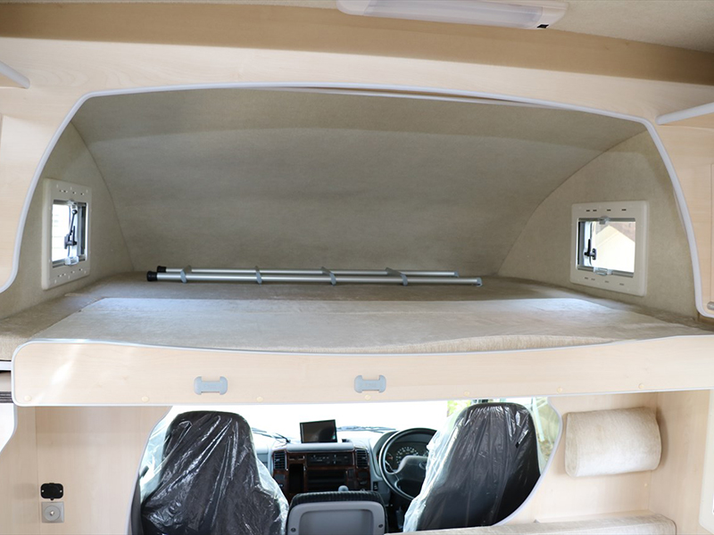 運転席上部はベッドルームに大人3名が就寝できる広さです