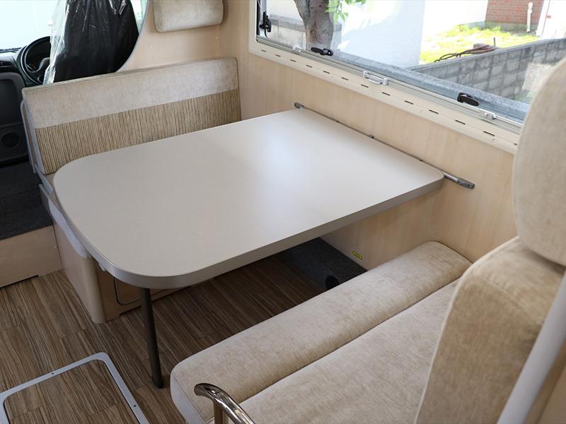 寬敞的桌子可享受舒適的空間