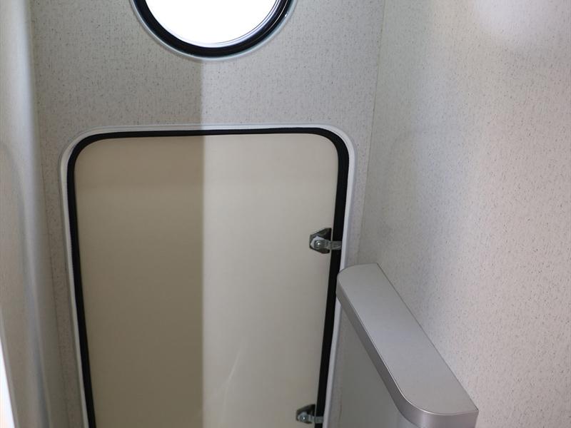 雜物間設於簡易式廁所兼更衣室內