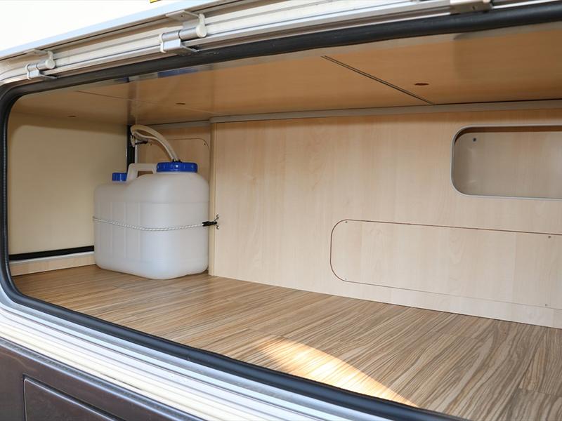 車子後方有大容量的車廂放置供水系統20L的儲水罐