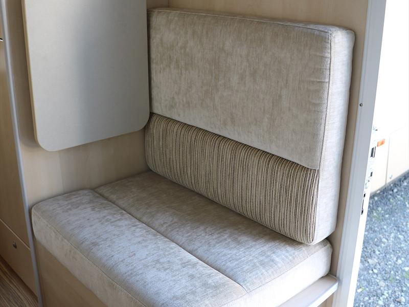 入口處旁設有單張椅子