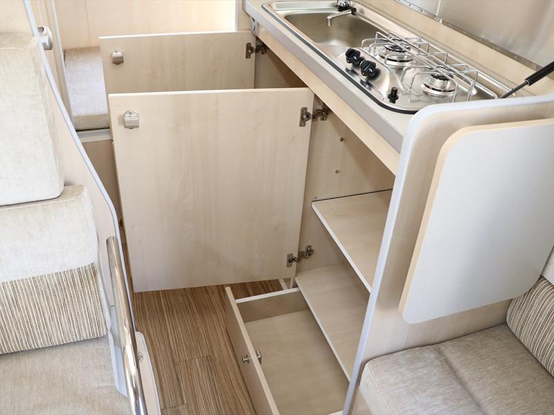 廚房下方也有很多可收納的空間