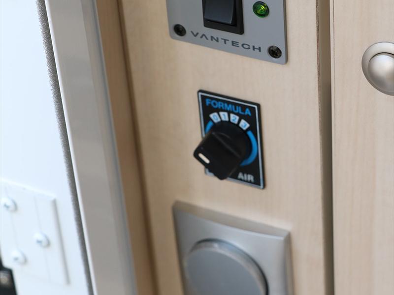 車子入口處有集中式電源。從上數來分別是主開關・空調・電燈