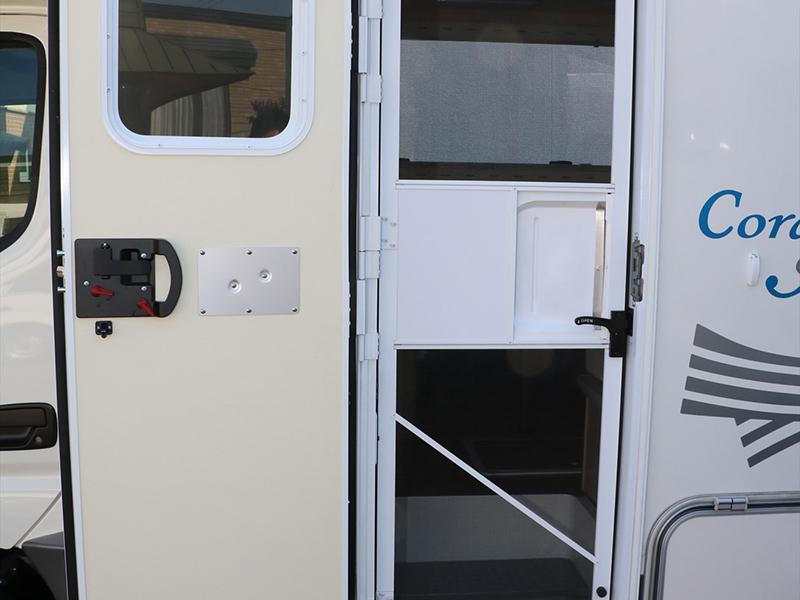 入口在車子靠中間處。設有紗窗・夏天也能安心使用