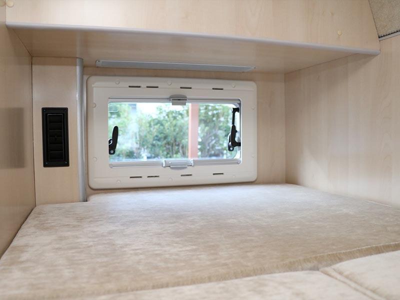 後方雙層床分別各設有小窗戶