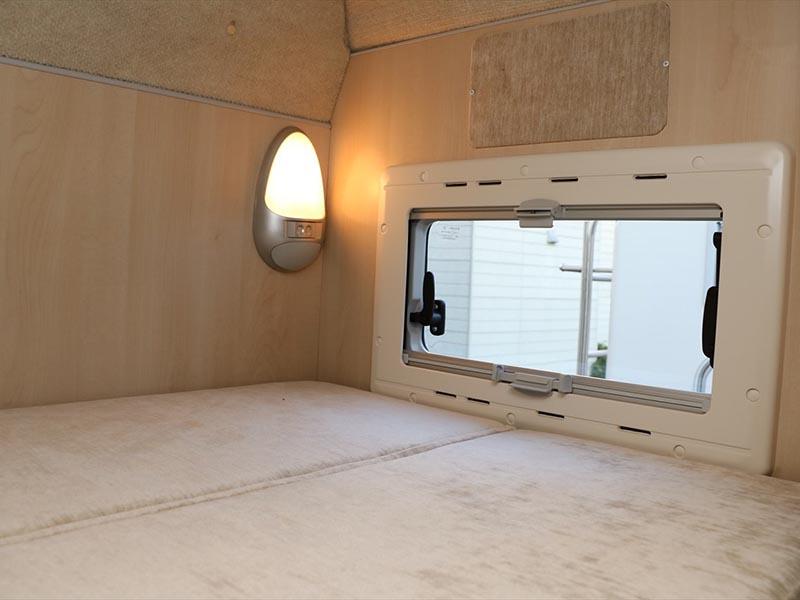 後方雙層床可開兩段式電燈