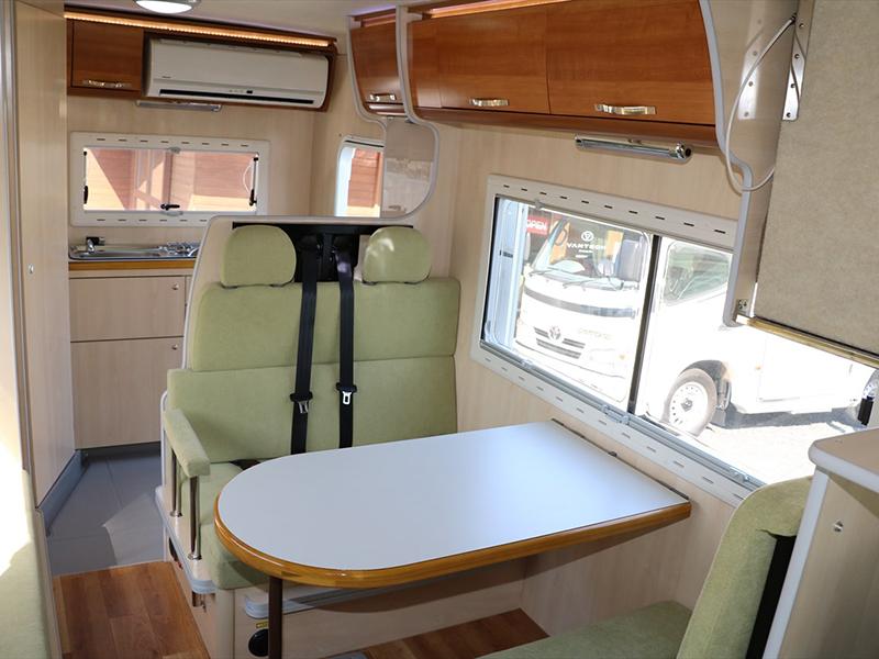 広い窓とテーブル