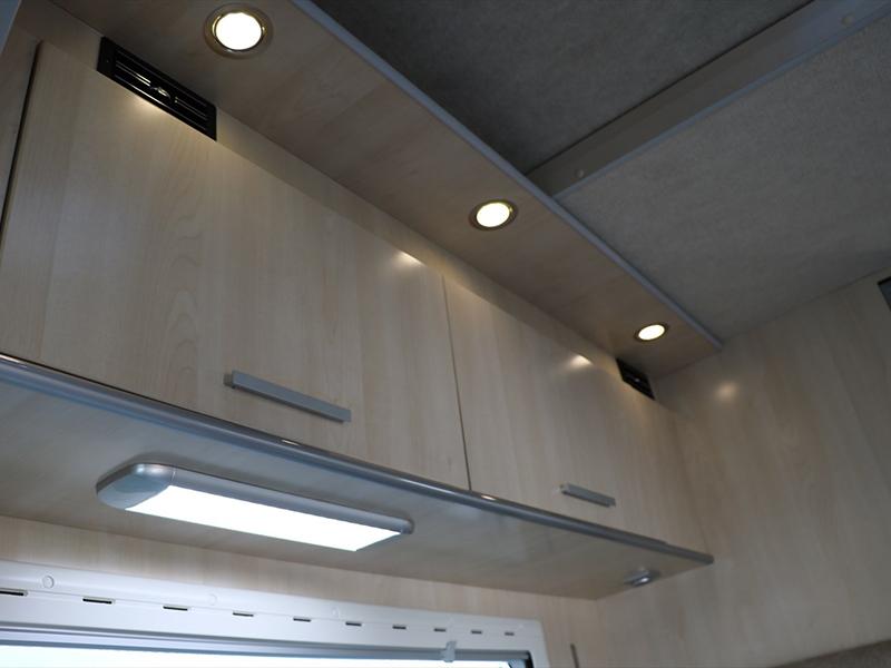 上部にはLED照明と棚があります