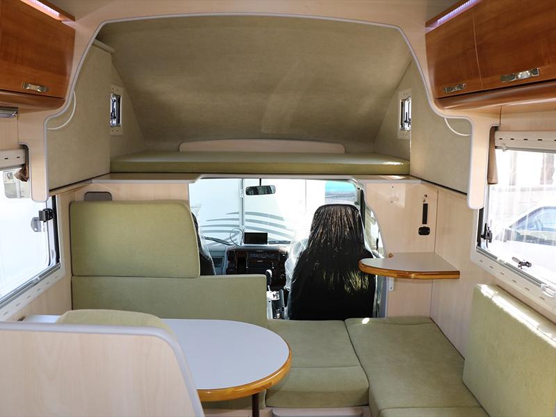 広々とした室内。運転席上部のベットは簡単に跳ね上げて収納できます