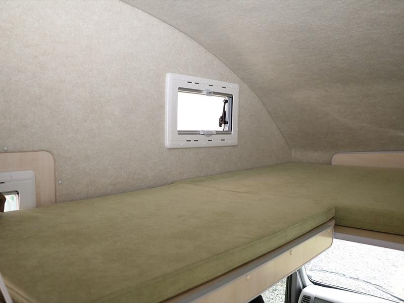 運転席上部ベットスペースにも小窓があります
