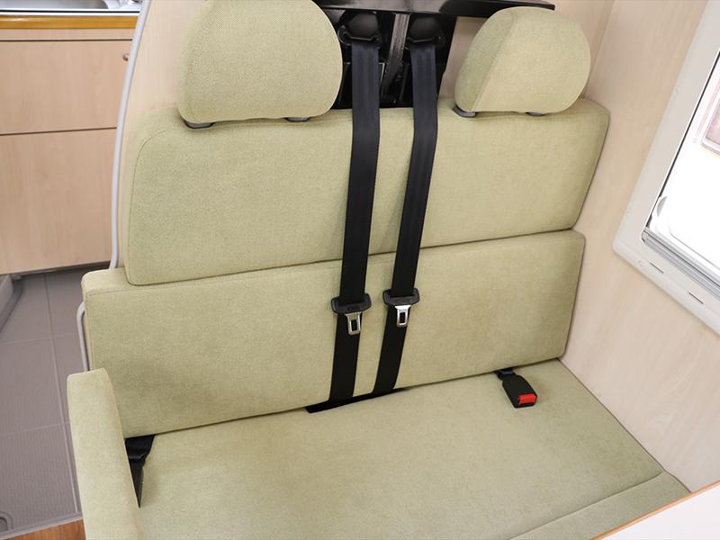 安全な3点式シートベルト装備