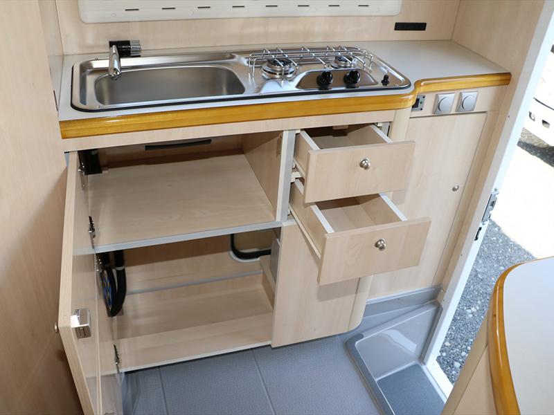 キッチン下部にも食器セット等を収納できます