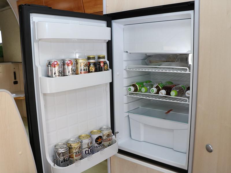 大容量90リットル冷凍・冷蔵庫。主に走行中と外部電源使用時に冷やしてください