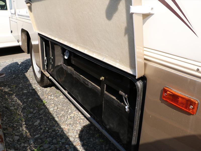 燃料タンク(軽油)は車輛右前方の扉を開けてエンジンキーでロックを解除しフタを回して給油してください。