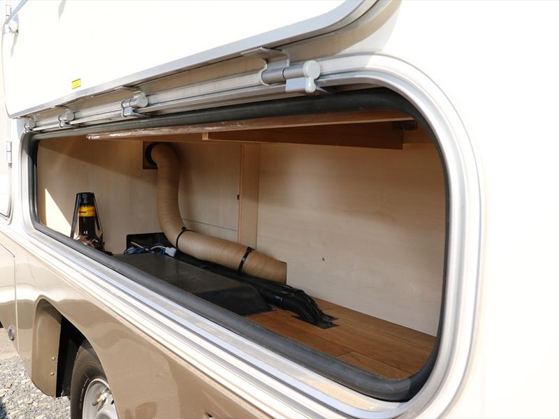 車両右の扉内には工具類、ジャッキアップが収納されてます。BBQセット等を収納できるスペースとしてもご利用できます
