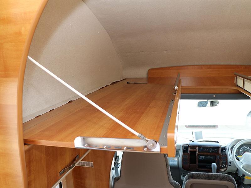 運転席上部のベッド(マットがつきます)